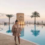 Das Markenzeichen des Hotel Torre del Mar ist der Turm im Pool