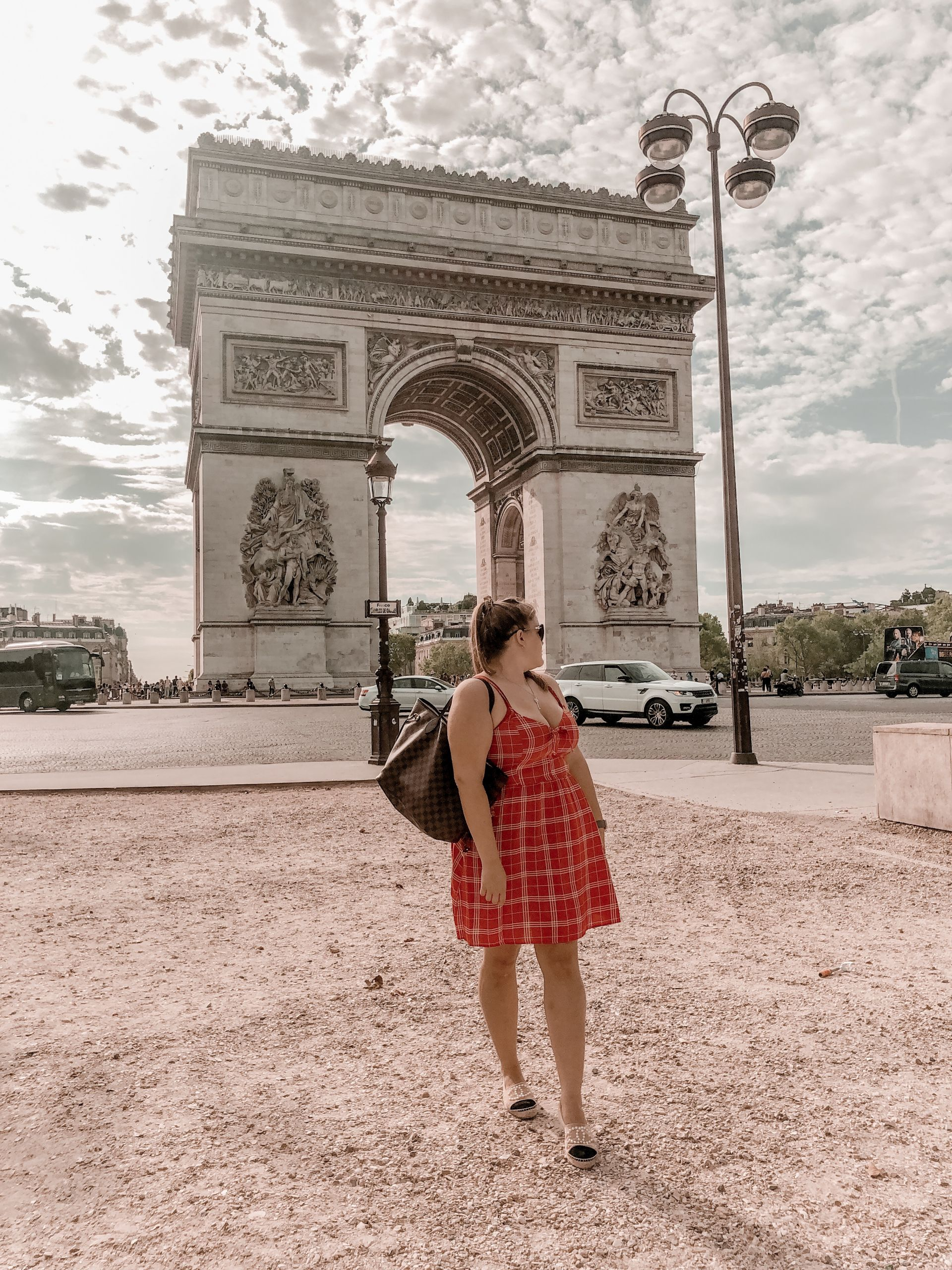 Triumphbogen-Kleid-Rot-Paris-travelguide