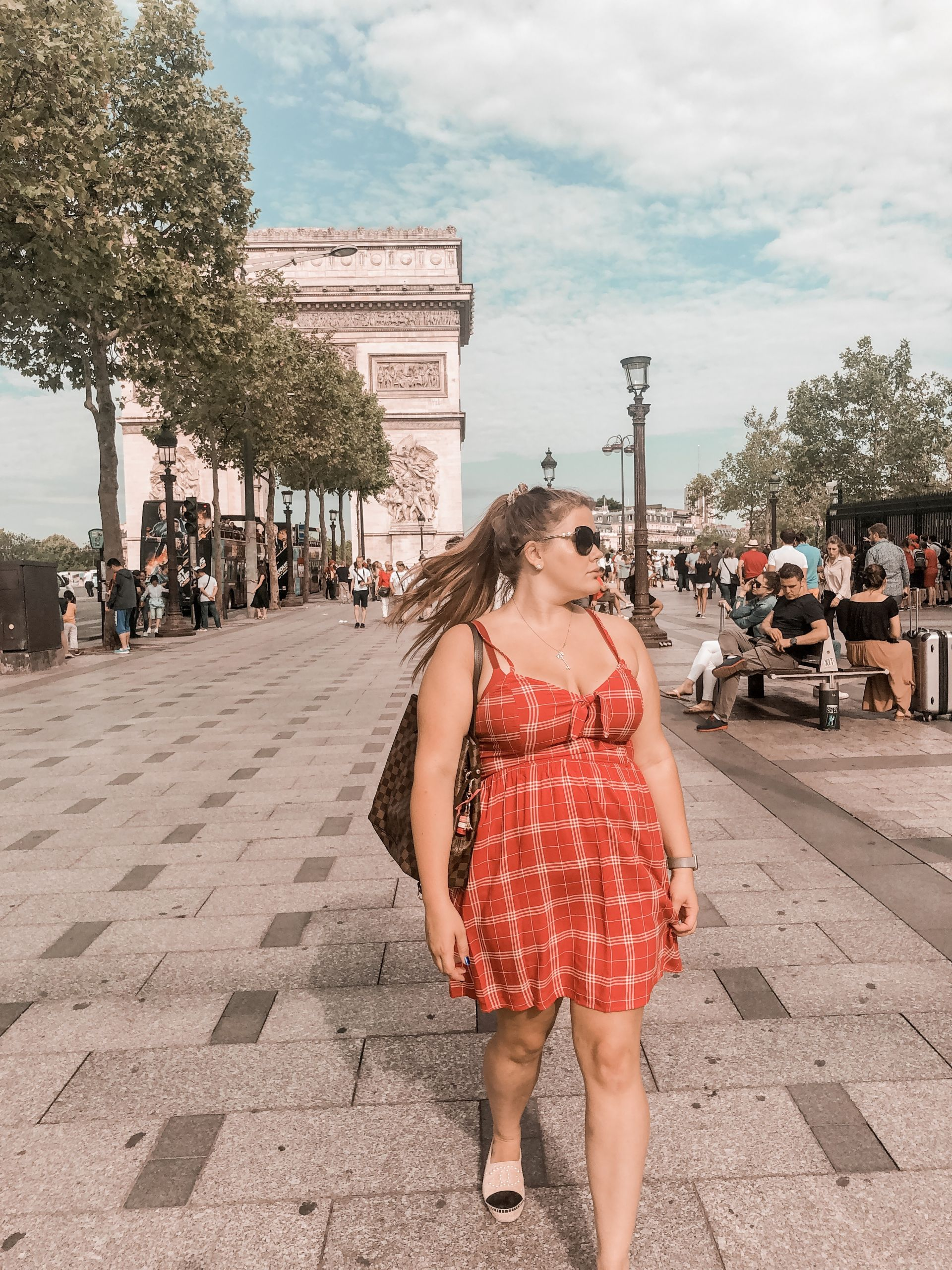 Triumphbogen-Kleid-Rot-Paris-travelguide